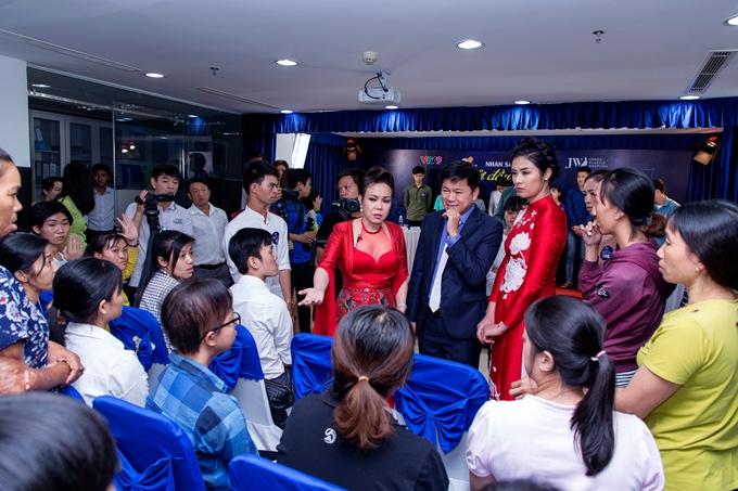 Việt Hương xin cho 11 thí sinh khiếm khuyết được thẩm mỹ miễn phí